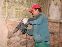 8. és 9. sz. fotók: A határoló falazat vegyszeres mélyvédelme (Babos R.)